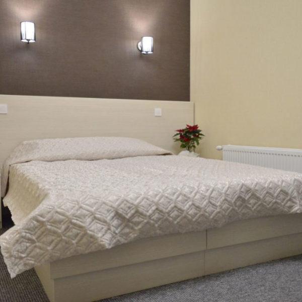 Просторе двоспальне ліжко в готелі Двір Княжої Корони