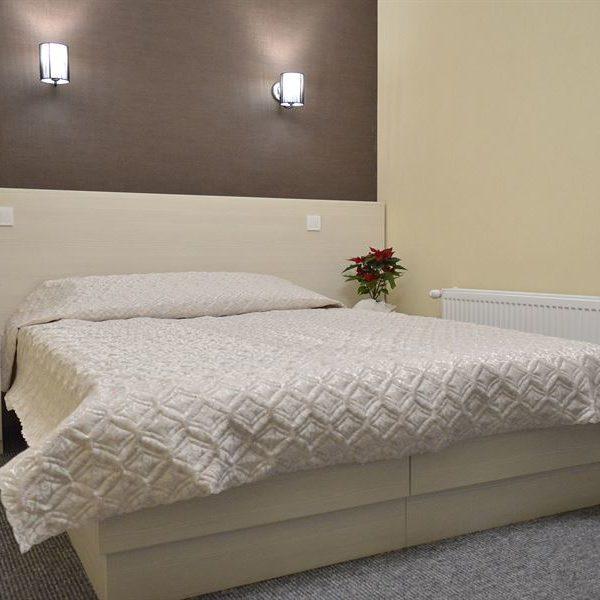 Просторе двоспальне ліжко в готелі Двір Княжої Корони, Славське