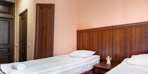 Белоснежная кровать в номере санатория Лаяр Палас
