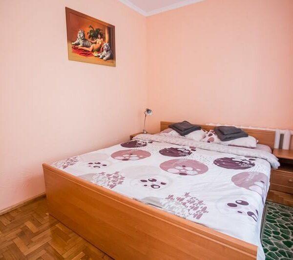 Велике двоспальне ліжко в номері