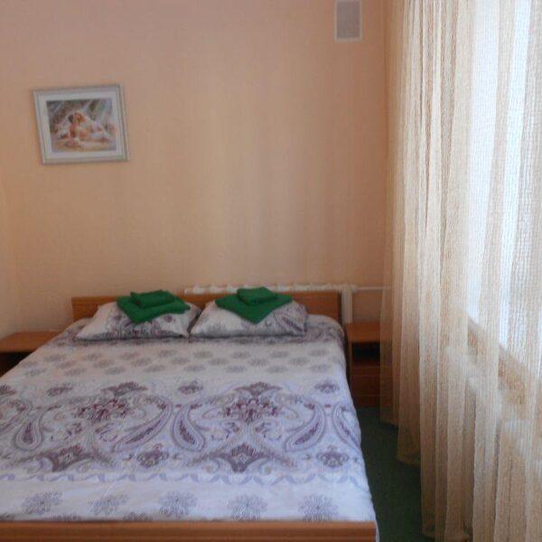 Затишне двоспальне ліжко в номері санаторій Пролісок