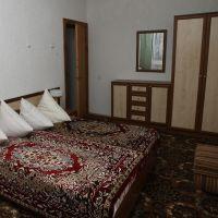 Большая кровать в номере санатория Шкло
