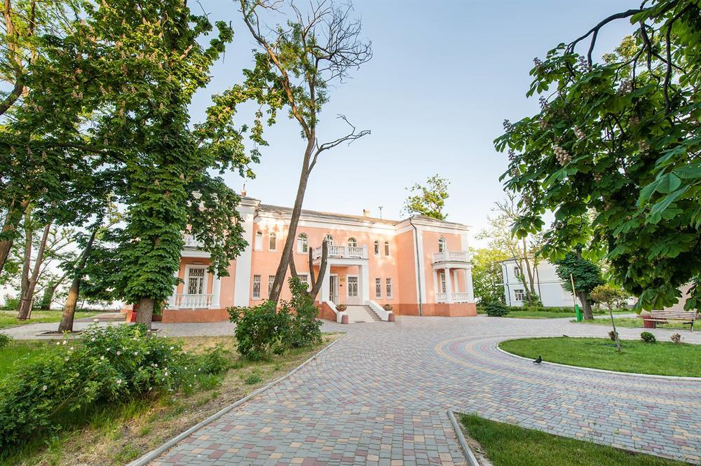 Велика територія санаторія Горького