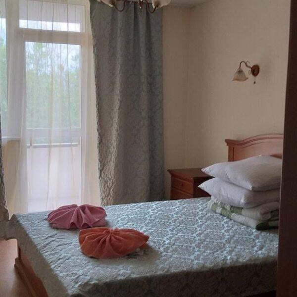 Двуспальная кровать в номере санаторий Жовтень