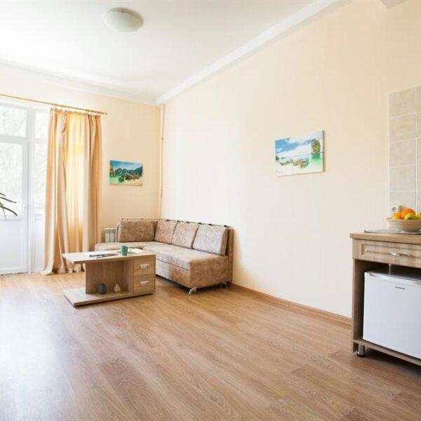 Сучасна вітальня в номері санаторія Куяльник