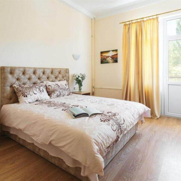 Королевская кровать в номере люкс санаторий Куяльник