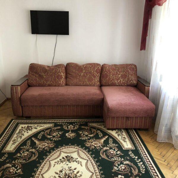 Затишний диван в номері