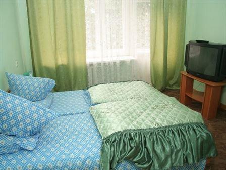 Большая кровать в номере люкс санаторий Любень Великий