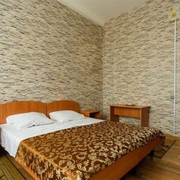 Широкая двуспальная кровать в санатории Куяльник
