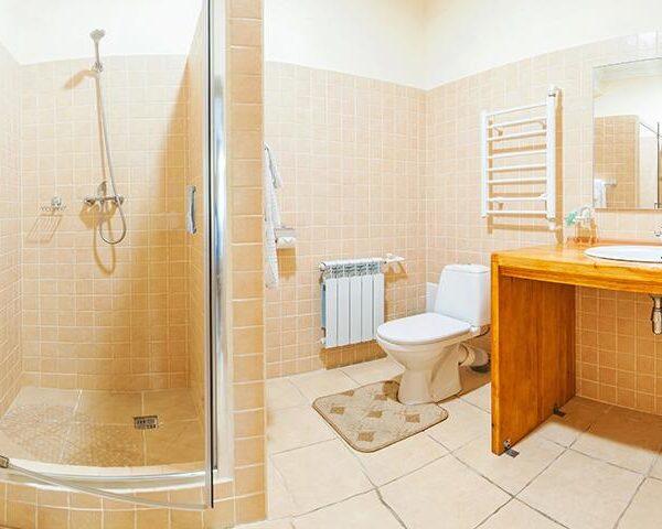 Світла ванна кімната в санаторії Горького фото