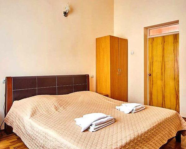 Двоспальне ліжко в номері санаторій Горького