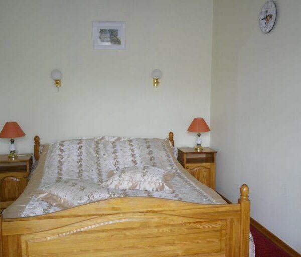 Двуспальная кровать в номере люкс Червона Калина