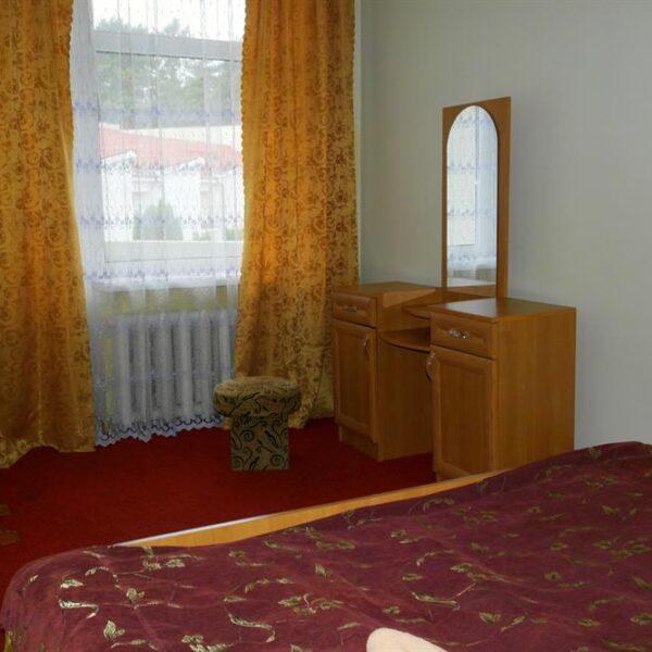 Двоспальне ліжко в номері Червона Калина