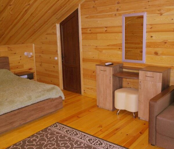 Большая кровать в спальне Санаторий Червона Калина