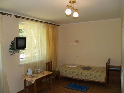 Односпальне ліжко в номері санаторію Одеса СБУ