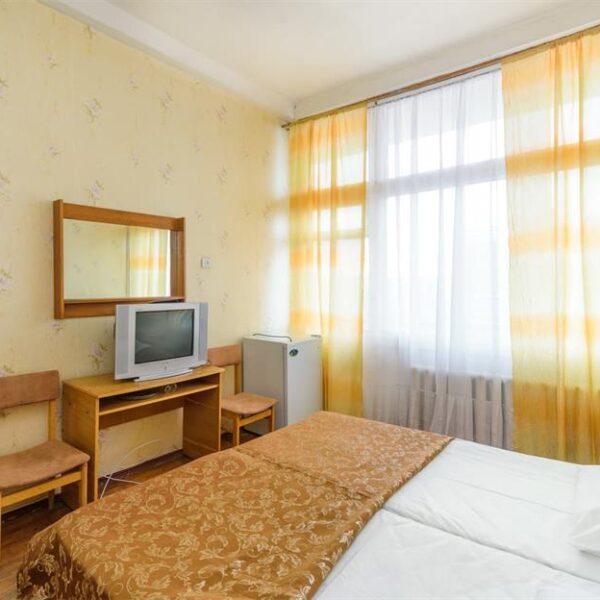 Двуспальная кровать в номере эконом санаторий Куяльник