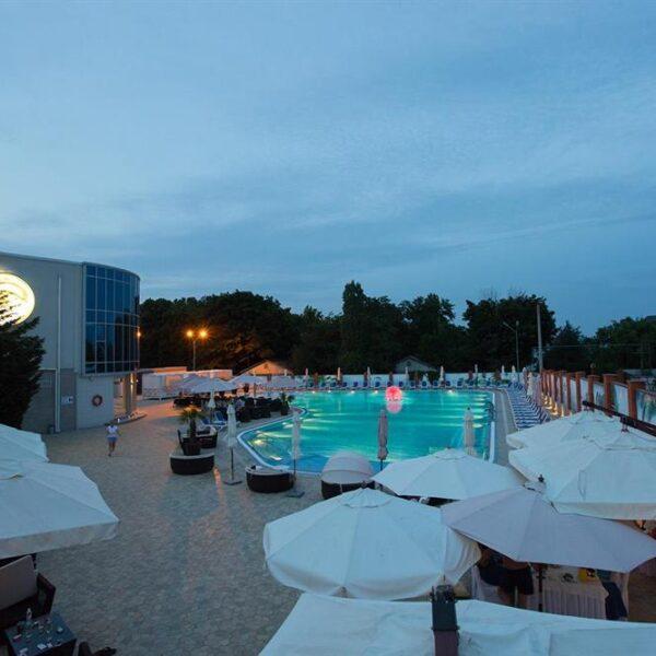Вечір біля басейну Санаторій Гранд Марін