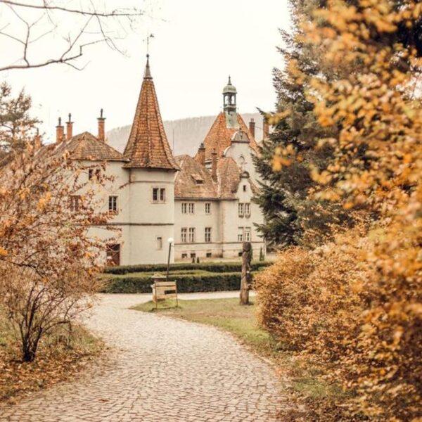 Красивая осень на территории отеля Кайзервальд