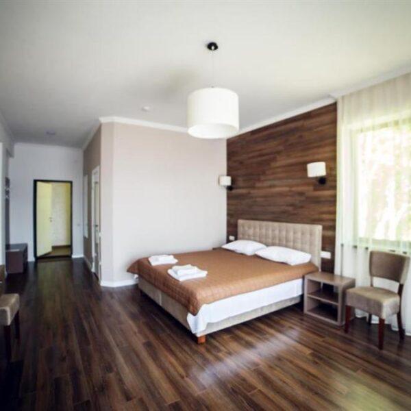 Двуспальная кровать в номере стандарт апарт-отель «Кайзервальд»